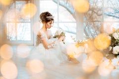 Braut hochzeit Die Braut in einem kurzen Kleid mit Spitze in der Krähe Lizenzfreie Stockfotos