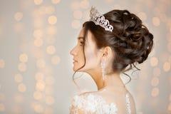 Braut hochzeit Die Braut in einem kurzen Kleid mit Spitze in der Krähe Stockfotografie