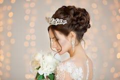 Braut hochzeit Die Braut in einem kurzen Kleid mit Spitze in der Krähe Lizenzfreies Stockfoto
