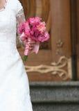 Braut-Holding-Blumen lizenzfreie stockfotos