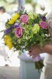 Braut-Holding-Blumenstrauß Lizenzfreie Stockbilder