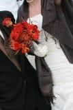 Braut-Holding Gerber Gänseblümchen-Blumenstrauß Stockbild