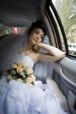 Braut im Auto lizenzfreie stockfotografie