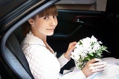 Braut im Auto Stockfotografie