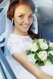 Braut im Auto stockbilder