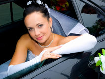 Braut im Auto Stockbild