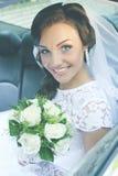 Braut im Auto, abgetönt stockbilder