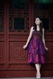 Braut im chinesischen traditionellen Garten Stockbilder