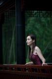 Braut im chinesischen traditionellen Garten Lizenzfreie Stockfotos