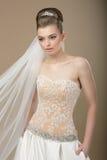 Braut im festlichen modernen Kleid und im Diadem stockfotos