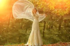 Braut im Freien im Herbst Stockbilder