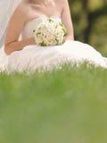 Braut im Gras Stockfotografie