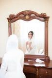 Braut im hijab betrachtet im Spiegel Lizenzfreies Stockbild