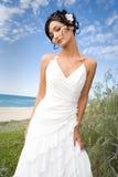 Braut im Hochzeitskleid auf Strand Lizenzfreie Stockbilder