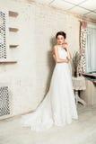 Braut im Hochzeitskleid, das unten schaut Lizenzfreie Stockfotografie