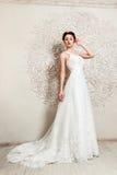 Braut im Hochzeitskleid, das unten schaut Stockfoto