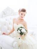 Braut im Hochzeitskleid mit Blumen und Treppenhaus Stockbild