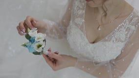 Braut im Hochzeitskleid mit kleinem Blumenstrau? in der Hand H?bsche und gut-gepflegte Frau stock footage
