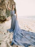 Braut im Hochzeitskleid im Strand an den Sonnenuntergang- oder Sonnenaufgangfarben Blonde Frau des Art und Weisebaumusters im brä Lizenzfreie Stockbilder