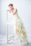 Braut im Hochzeitskleid und -treppenhaus Lizenzfreie Stockfotografie