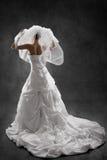 Braut im Hochzeitsluxuskleid, hintere Ansicht. Schwarzer Hintergrund Lizenzfreies Stockbild