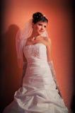 Braut im orange Raum Stockbild
