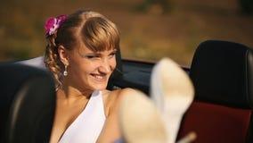 Braut im Rücksitz des Autos stock footage
