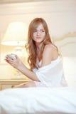 Braut im Schlafzimmer Stockfoto