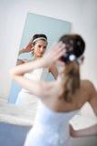 Braut im Spiegel Stockfotografie
