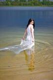 Braut im Wasser lizenzfreie stockfotos