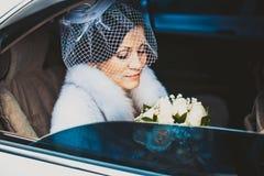 Braut im weißen Auto Stockbild