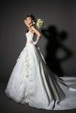 Braut im weißen Eleganzhochzeitskleid mit Heck. Lizenzfreies Stockfoto