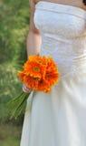Braut im weißen Hochzeitskleid mit Blumenstrauß Lizenzfreies Stockbild