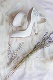 Braut im weißen Kleid stockfoto