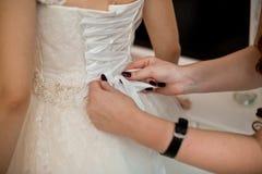 Braut im weißen Kleid Stockfotografie