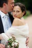 Braut im weißen Kleid mit Bräutigam lizenzfreie stockfotos