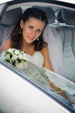 Braut innerhalb des Hochzeitsautos Lizenzfreies Stockfoto