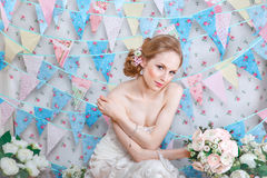 Braut Junges Mode-Modell mit bilden, gelocktes Haar, Blumen im Haar Brautmode Schmucksachen und Schönheit Frau im weißen Kleid Stockbild
