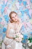 Braut Junges Mode-Modell mit bilden, gelocktes Haar, Blumen im Haar Brautmode Schmucksachen und Schönheit Frau im weißen Kleid Lizenzfreie Stockfotos