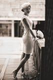 Braut kleidete in einer mysteriösen Stellung der Weinleseart-Blicke auf a an Stockbild