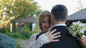 Braut kommt sich zu pflegen und zu blinzeln stock footage