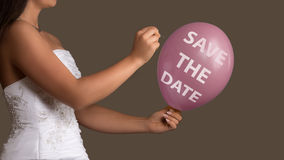 Braut lässt einen Ballon mit dem Text, der mit einer Nadel gesprengt wird Lizenzfreie Stockbilder