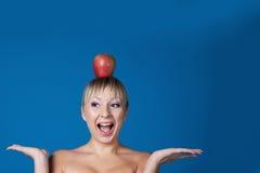 Braut mit Apfel auf Kopf Stockbild