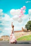 Braut mit Ballonen Stockfoto