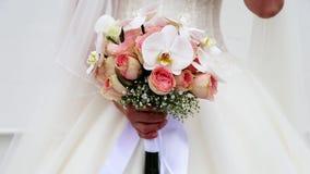 Braut mit Blumen in der Hand mit Orchideen und Rosen stock footage