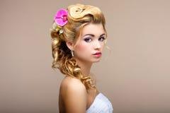 Charme. Porträt des eleganten blondes Haar Frauen-Verlobten mit Blumen. Fraulichkeit Stockbild