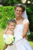Braut mit Blumenleutetochter Lizenzfreies Stockfoto