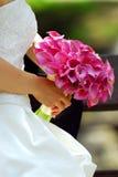 Braut mit Blumenstrauß Stockfotos