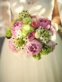 Braut mit Blumenstrauß in den Händen Abschluss oben Lizenzfreie Stockbilder