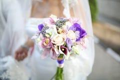 Braut mit Blumenstrauß in den Händen Abschluss oben Lizenzfreies Stockfoto